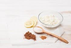 Какао, циннамон, творог, лимон и сахар на таблице Стоковое фото RF