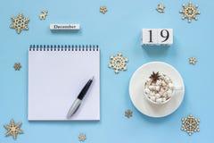 какао чашки 19-ое декабря календаря и зефир, пустой открытый блокнот стоковые фото