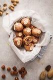 Какао Vegan и чокнутые сырцовые шарики в шаре кокоса на белом backgrou стоковое изображение