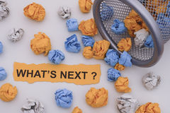 Какое ` s затем? Красочные скомканные бумажные шарики свертывая из tras стоковые изображения