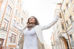 Какой большой день! Красивые молодые женщины стоя с ее руками Стоковые Фотографии RF