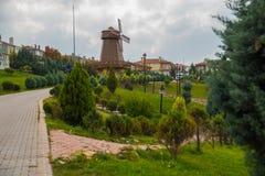как ветрянка неба предпосылки Изваяйте наденьте Quixote и Sancho Panza Парк Selale, Eskisehir, Турция стоковое изображение rf