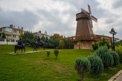 как ветрянка неба предпосылки Изваяйте наденьте Quixote и Sancho Panza Парк Selale, Eskisehir, Турция стоковые фото