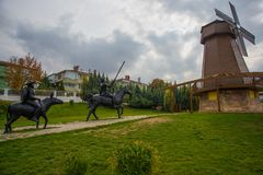 как ветрянка неба предпосылки Изваяйте наденьте Quixote и Sancho Panza Парк Selale, Eskisehir, Турция стоковое фото