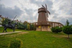 как ветрянка неба предпосылки Изваяйте наденьте Quixote и Sancho Panza Парк Selale, Eskisehir, Турция стоковые изображения rf