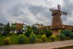 как ветрянка неба предпосылки Изваяйте наденьте Quixote и Sancho Panza Парк Selale, Eskisehir, Турция стоковые изображения