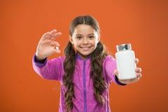 Как витамины взятия как следует Дополнения витамина взятия Съешьте здоровое питание Питательное тело помощи диеты здорово Девушка стоковое фото