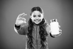 Как витамины взятия как следует Дополнения витамина взятия Съешьте здоровое питание Питательное тело помощи диеты здорово Девушка стоковое изображение