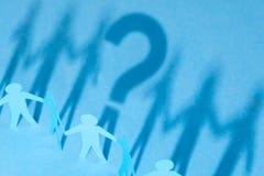 Как выбрать персону от толпы Как определить хорошего работника для команды дела тень в форме вопросительного знака Стоковая Фотография