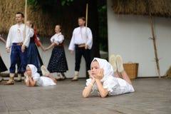как детеныши вала costume ребенка фольклорные стоковые фотографии rf