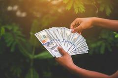 Как заработать деньги онлайн и деньги для того чтобы сделать дело финансовохозяйственно стоковое изображение rf