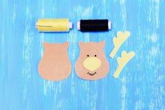 Как зашить орнамент оленей рождества войлока шаг Отрезок чувствовал детали для шить орнамента оленей рождества Стоковая Фотография RF