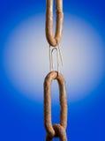 как звено цепи предпосылки голубое над paperclip Стоковое Фото