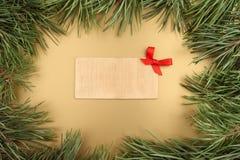 как иллюстрация золота рождества предпосылки Ель рождества и деревянная плита с космосом текста Стоковое фото RF
