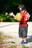 как кокос мальчика одетьнный пират Стоковое Изображение RF