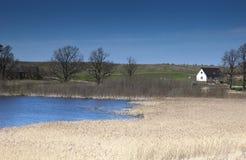 как озеро домов поля предпосылки Стоковые Изображения RF
