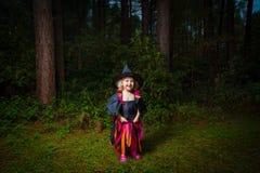 как одетьнные детеныши ведьмы девушки стоковое изображение rf