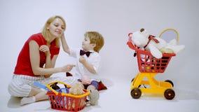 Как получить богатую поддельную книгу Мать и сын играя покупки Мать учит, что ее сын подсчитывает деньги сток-видео