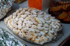 Как раз вне от плиты Оуэна большой бахлавы с грецким орехом Стоковые Изображения