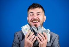Как раз зарабатывать деньги бизнесмен после большего дела Финансы и коммерция счастливый бородатый человек имеет много деньги r стоковое изображение