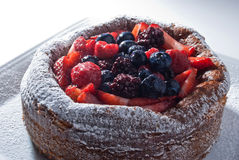 Как раз испеченный пирог ягод с белым сахаром стоковая фотография rf