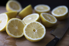 Как раз отрезанные половины лимона Стоковое Изображение RF
