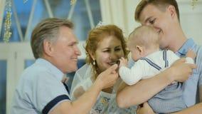 Как раз пожененная взрослая пара целует их внука видеоматериал
