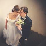 Как раз пожененная пара полагается друг к другу с их tenderl сторон Стоковая Фотография RF