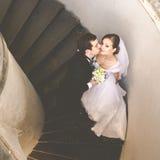 Как раз пожененная пара полагается друг к другу с их tenderl сторон Стоковые Фото