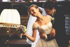 Как раз пожененная пара полагается друг к другу с их tenderl сторон Стоковое Изображение RF