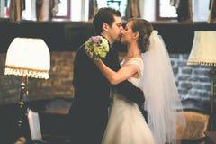 Как раз пожененная пара полагается друг к другу с их tenderl сторон Стоковые Изображения RF