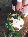 Как раз пожененная свадьба отрезка пар вместе с ножом Стоковое Фото