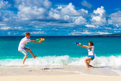 Как раз пожененные молодые счастливые любящие пары имея потеху на tropica Стоковое Изображение RF