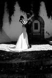 Как раз пожененные пары в городской предпосылке Стоковые Фото