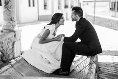 Как раз пожененные пары в городской предпосылке Стоковое Фото