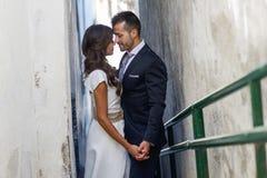 Как раз пожененные пары в городской предпосылке Стоковые Изображения RF