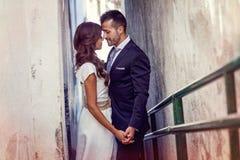 Как раз пожененные пары в городской предпосылке Стоковое фото RF