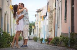 Как раз пожененные пары в honneymoon идя вдоль дороги countriside на острове Flores, пары AzoresKissing в малом уютном городке на Стоковая Фотография