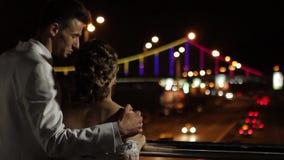 Как раз пожененный взгляд на красивом мосте акции видеоматериалы