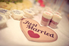 Как раз пожененный знак на таблице конфеты свадьбы Стоковая Фотография RF
