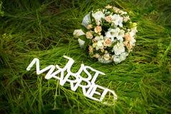 Как раз пожененный знак с букетом роз Стоковое Фото