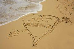 Как раз пожененный написанный в песке стоковая фотография rf