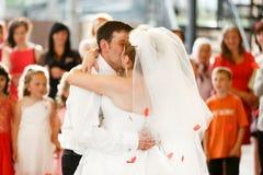 Как раз пожененный поцелуй пока танцующ на в первый раз Стоковое Фото