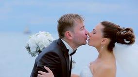 Как раз пожененный целовать сток-видео