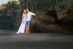 Как раз пожененный любящие человек и женщина обнимая на пляже моря Стоковые Изображения RF