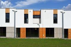 Как раз построенный современный дом строки семьи Стоковые Фотографии RF