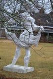 Как раз стоящ вокруг скульптуры стоковые изображения
