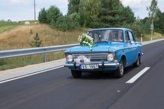 Как раз merried, ретро голубой автомобиль с водителем Природа и путь Путешествия стоковое фото rf