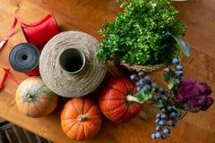 Как сделать centerpiece благодарения с большими тыквой и букетом цветков стоковые изображения