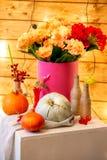 Как сделать centerpiece благодарения с большими тыквой и букетом цветков стоковое изображение rf
